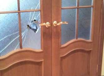 разбитое стекло двери